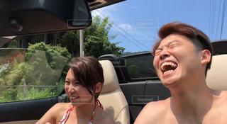 女性,空,夏,カップル,屋外,水着,暑い,車,人,笑顔,日本,デート,ドライブ,運転,オープンカー,あつい