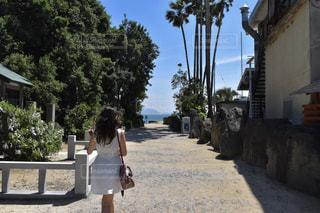 歩道を歩く人の写真・画像素材[1339549]