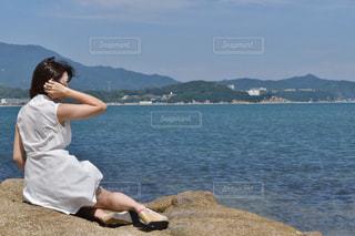 水の体の前に立っている人の写真・画像素材[1339551]