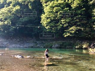 水の中に立っている人々 のカップルの写真・画像素材[1365317]