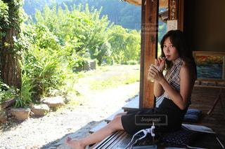 女性は座って携帯電話で話していません。の写真・画像素材[1365323]