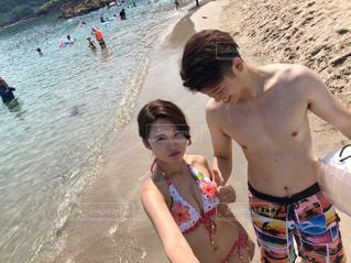 ビーチでレイ岡本らの写真・画像素材[1385405]