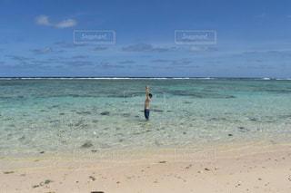 砂浜の上に立っている人の写真・画像素材[1385449]