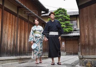 人と建物の前に立っている女性の写真・画像素材[1410601]