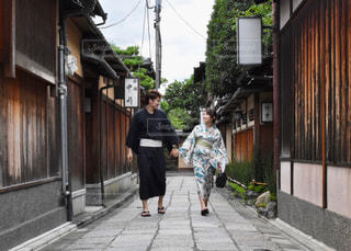 歩道を歩いて男の写真・画像素材[1410602]