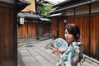 建物の前に立っている女の子の写真・画像素材[1410603]