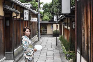 建物の前に立っている少年の写真・画像素材[1410606]