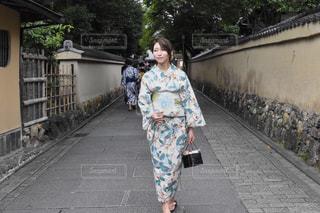 歩道の上に立っている人の写真・画像素材[1410613]