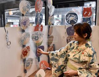 店の前に立っている人の写真・画像素材[1410617]