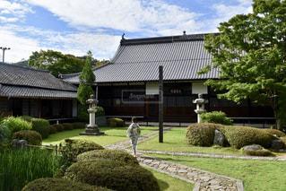 家の前に広い芝生の写真・画像素材[1410626]