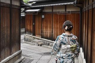建物の前に立っている人の写真・画像素材[1410627]