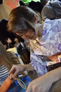 ケーキを切る人の写真・画像素材[1414349]