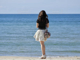 ビーチに立っている女性の写真・画像素材[1522219]