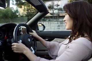 車の中の女性の写真・画像素材[1525632]