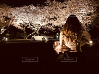 車の前に立っている人の写真・画像素材[1536801]