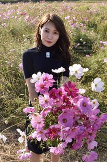 植物にピンクの花の女性の写真・画像素材[1558378]