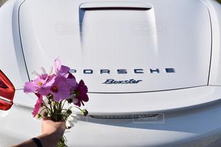 車の上に座っている花の花瓶の写真・画像素材[1558395]