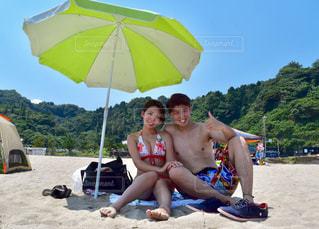 砂のビーチ パラソルに着席した人の写真・画像素材[1588005]