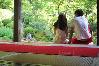 男性と女性が、ウィンドウの横に座っています。の写真・画像素材[1588039]