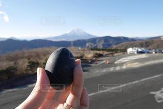 大涌谷で黒たまごと富士山 - No.955139
