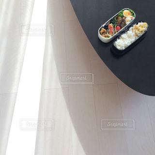 お弁当作り  朝の一コマの写真・画像素材[1072073]