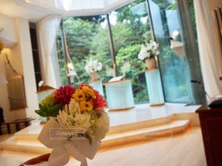 テーブルの上の花の花瓶の写真・画像素材[783081]
