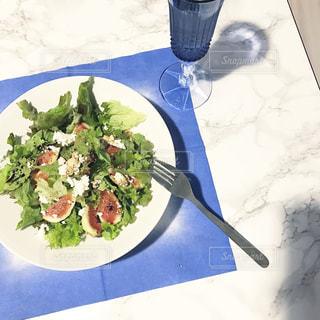 サラダとワインのガラスの青と白のプレートの写真・画像素材[801911]