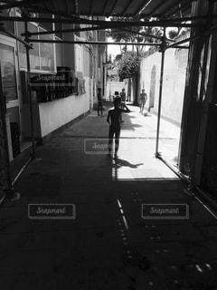 歩道を歩く人の写真・画像素材[824422]