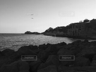 水の体の横にある岩の海岸 - No.824430