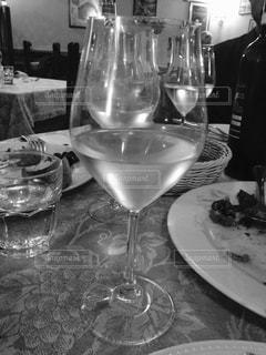 食品とテーブルの上にワインのグラスのプレート - No.824501