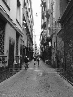 狭い通りを歩いて人々 のグループ - No.825894