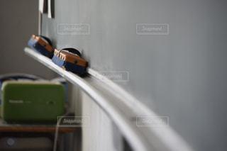 黒板消しと黒板のレールの写真・画像素材[1003939]
