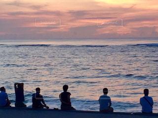 ビーチに座っている人々 のグループの写真・画像素材[985864]