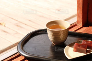 木製テーブルの上のコーヒー カップの写真・画像素材[1058449]