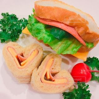 食べ物,緑,フード,パン,野菜,さくらんぼ,皿,ハート,チーズ,洋食,サンドイッチ,レタス,ハム,新鮮,パセリ