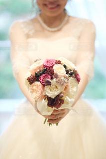 ケーキの前に立っている女性の写真・画像素材[1234679]
