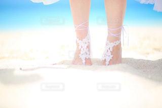 ビーチに立っている女性の写真・画像素材[1798637]