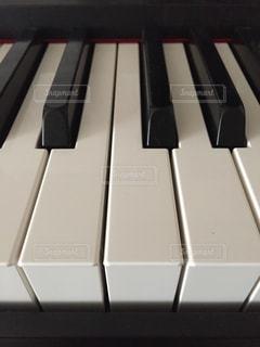 近くにピアノの鍵盤のアップの写真・画像素材[811437]