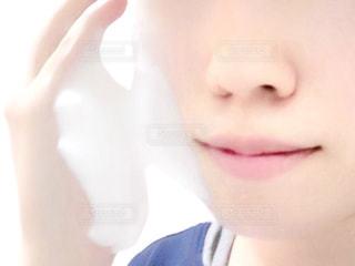 洗顔をする女性の写真・画像素材[955948]