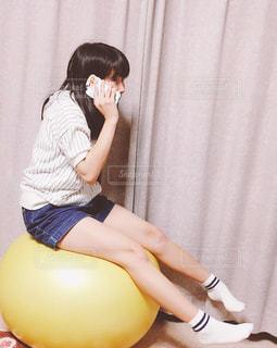 携帯電話で通話中の女性の写真・画像素材[757317]