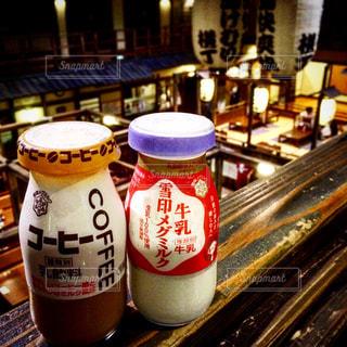 コーヒー カップの横にビールのボトル - No.955767