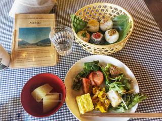 たっぷり野菜とおにぎりのランチ by大原の写真・画像素材[1666333]