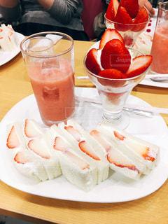 京都,ジュース,いちご,苺,テーブル,フルーツ,果物,生クリーム,皿,人,サンドイッチ,果実,パフェ,セット,期間限定,限定,イチゴ,ヤオイソ,yaoiso