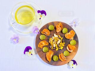 皿の上に果物のボウルの写真・画像素材[3025786]