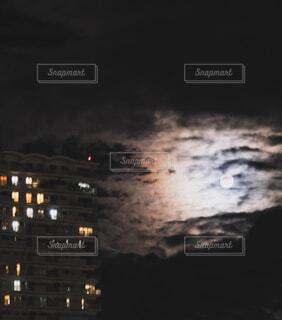 自然,風景,空,夜,ビル,屋外,雲,月,明るい,縦写真