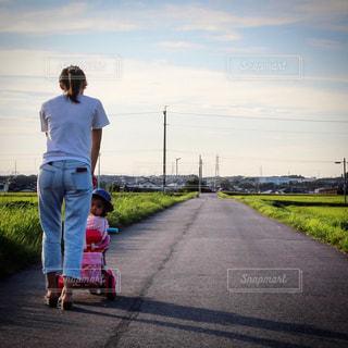 夕日,屋外,散歩,道路,道,子,孫,のどかな風景,ママと一緒,ママと子供,お母さんと一緒
