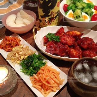 テーブルの上に食べ物の種類で満たされたボウルの写真・画像素材[1431032]