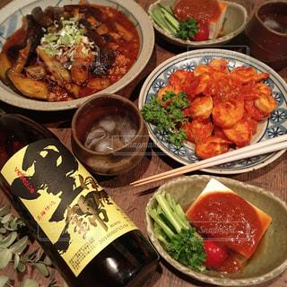 テーブルの上に食べ物の種類で満たされたボウルの写真・画像素材[1447373]