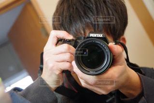カメラを持って男の写真・画像素材[930113]