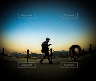 日没の前に歩いている人の写真・画像素材[1139471]